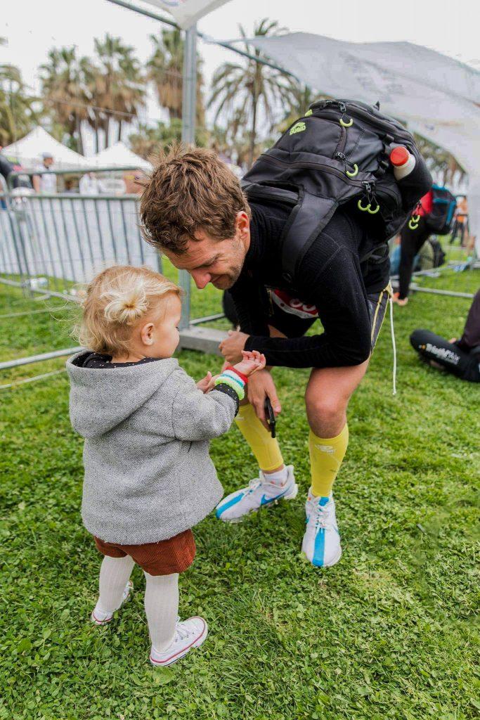 Père et fille à l'arrivée du triathlon de Cannes